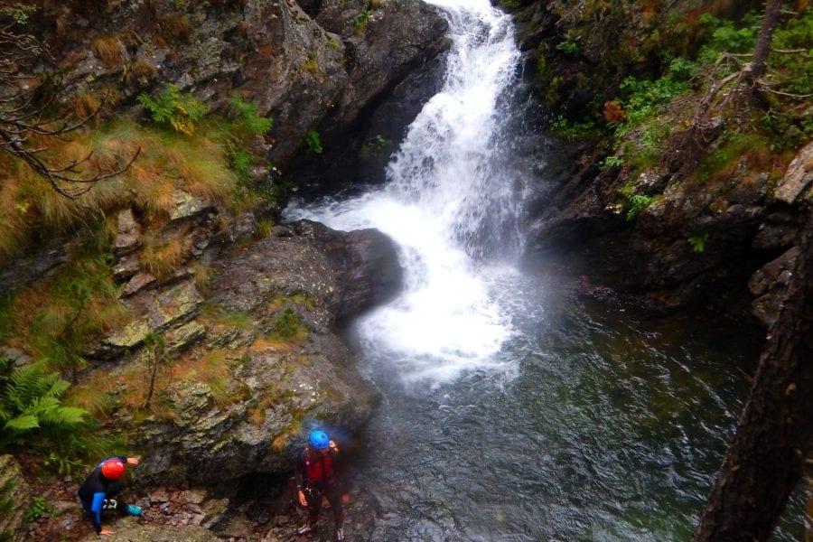 Riu, paisatges i boscos en el treking aquàtic per nens i adults.