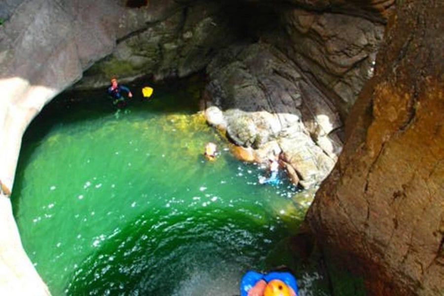 Tobogans i salts al descens del Gorges del Núria, Girona.